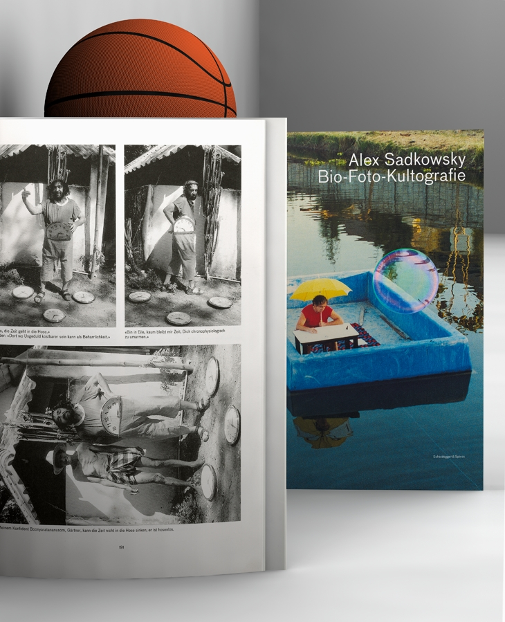 'Alex Sadkowsky. Bio-Foto-Kultografie'. Fotografie: Thomas Traum & Carl Burgess, London